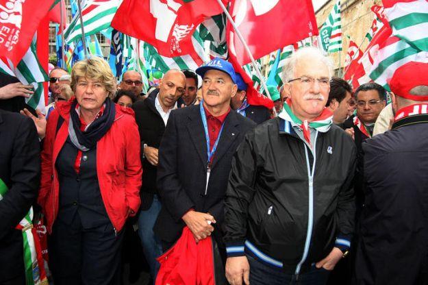 Monti incassa il primo sciopero. Manifestazioni e cortei per avere piu equita'