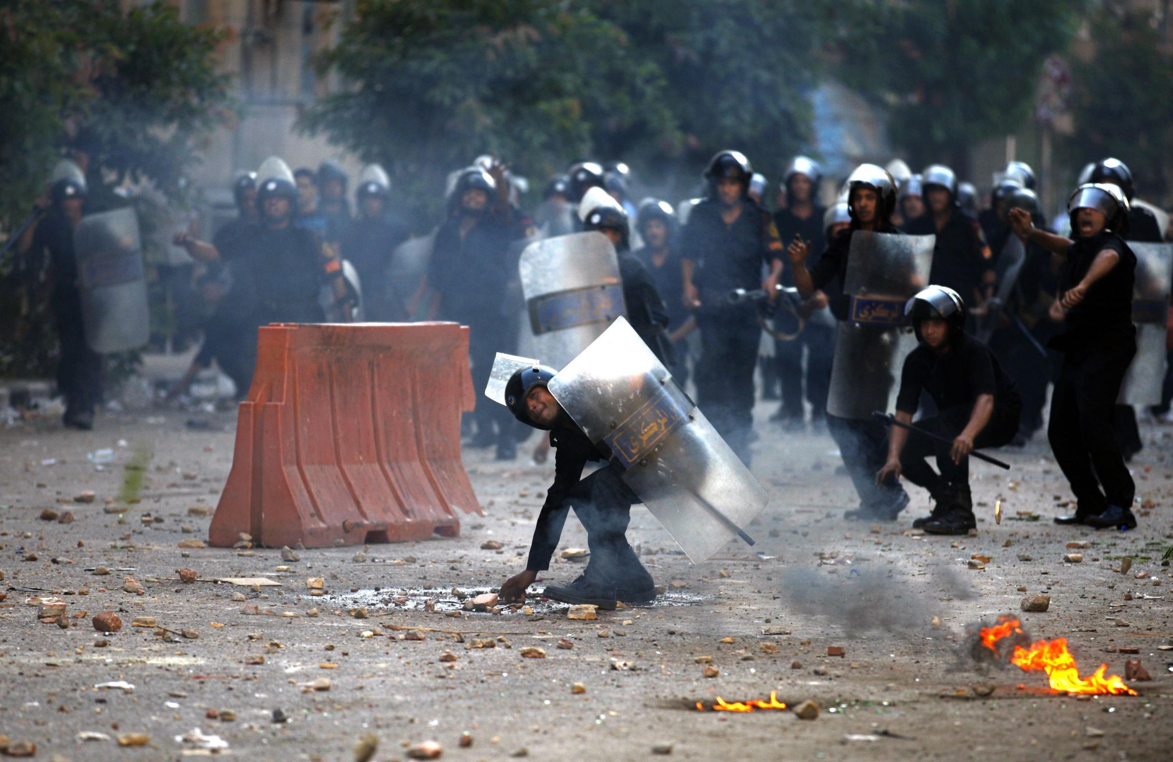 Egitto, notte di sangue al Cairo. I militari sparano sulla folla, 3 morti