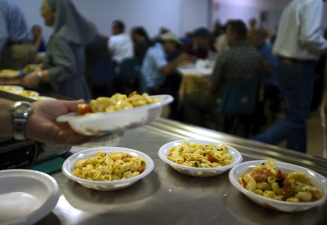 Italia sempre più povera: calano consumi e  fiducia.  Le famiglie perdono 342 euro all'anno