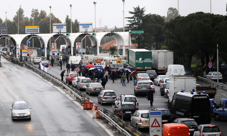 Italia prigioniera di tir e taxi: autostrade e citta' nel caos. Cancellieri avverte: no ai blocchi