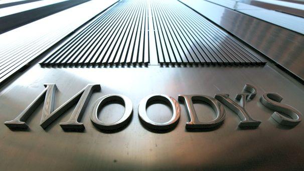 Moody's, è il giorno dei tagli: declassati 114 gruppi bancari. Male Poste, Eni e Generali