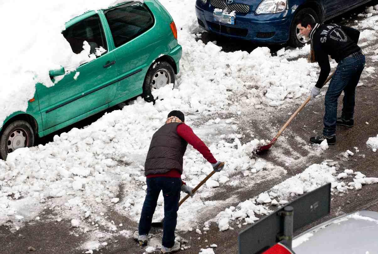 Roma chiusa per neve. Il sindaco in trincea. Sette morti per il gelo, 120 mila senza luce