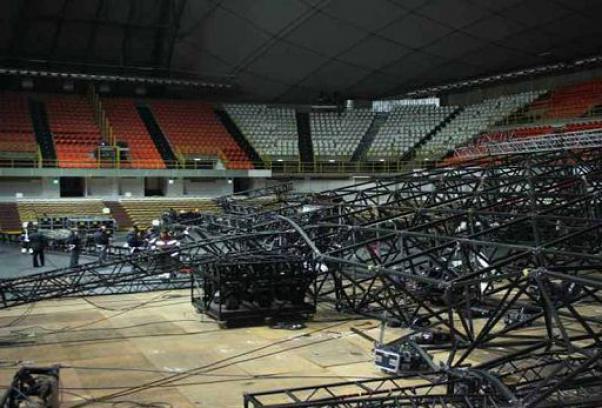 Tragedia a Reggio Calabria, crolla palco della Pausini. Morto un operaio di 31 anni