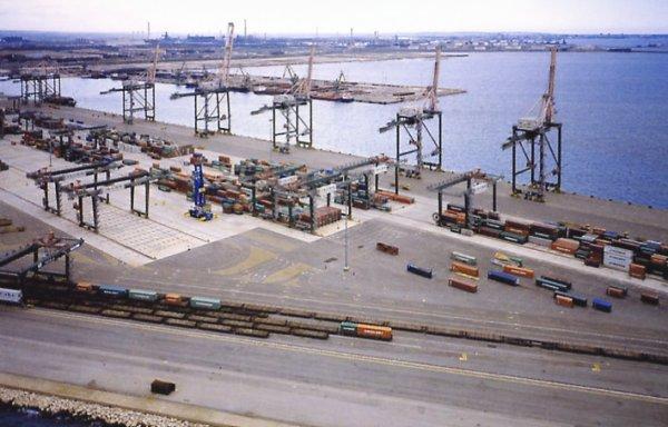 Paura a Taranto: una nave perde 20 tonnellate di carburante nel porto. Chiazza di 800 mq