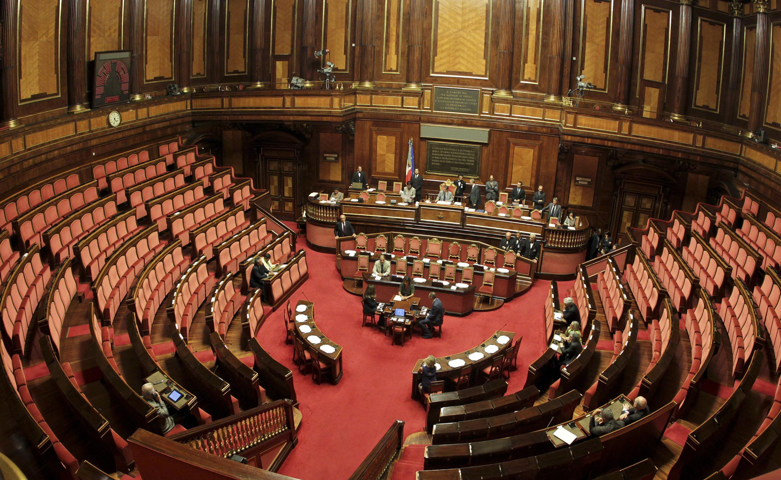 Taglio ai rimborsi dei partiti aula vuota deputati in for Numero senatori e deputati