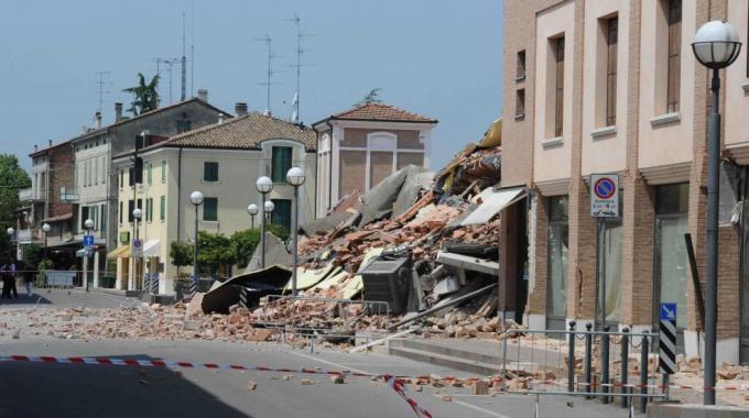 Terremoto continuo, Emilia notte di terrore più di 60 scosse: 17 i morti, 14mila gli sfollati