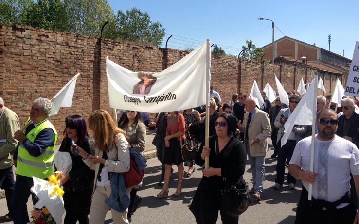 Le vedove dei suicidi in corteo a Bologna: Si uccidono perché sono disperati non pazzi