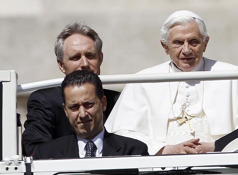 """Vaticano nella bufera, dopo l'arresto del """"corvo"""" si cercano possibili complici"""