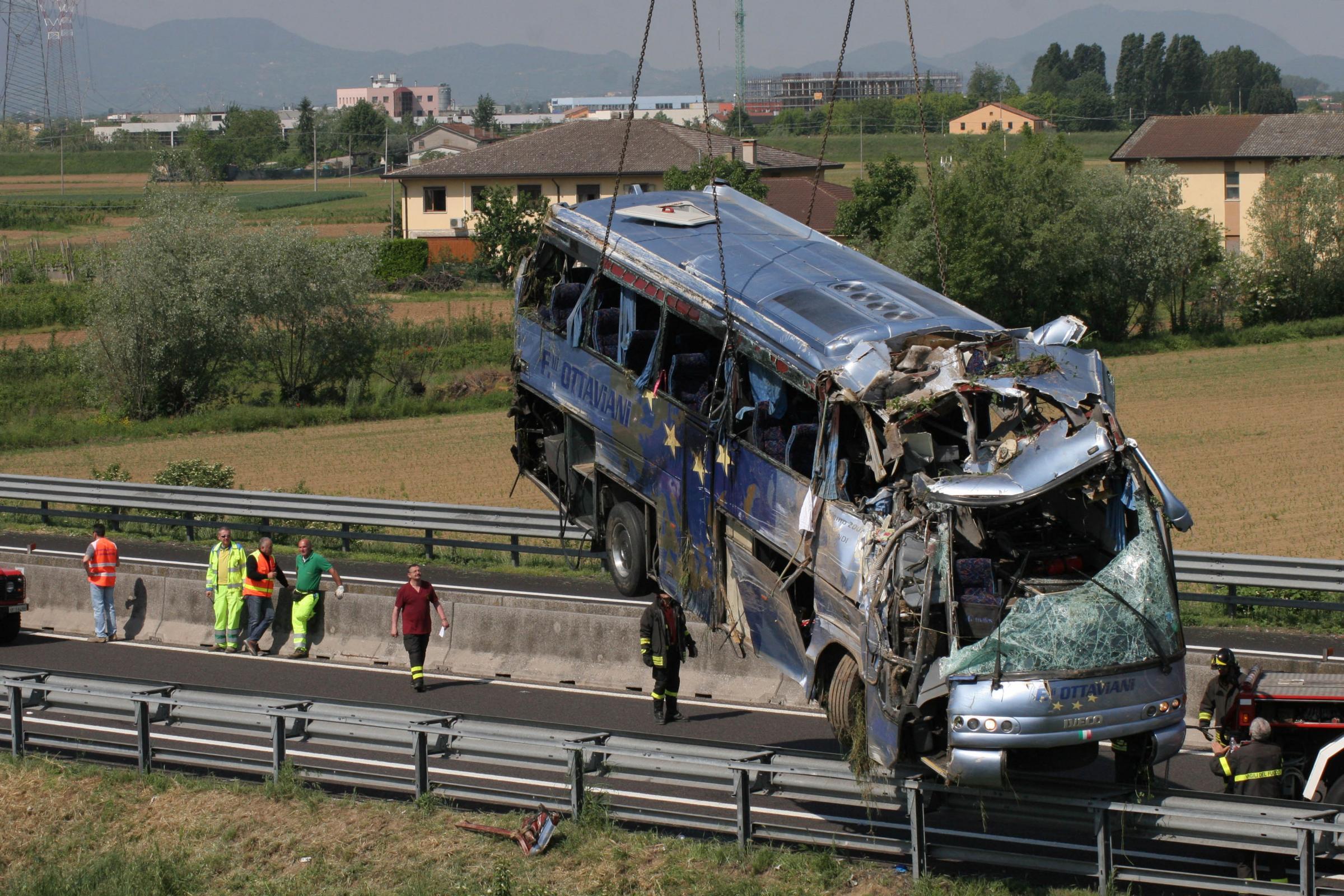 Padova, tragedia sulla A13: pullman di ex carabinieri si ribalta. 5 morti e 10 feriti gravi