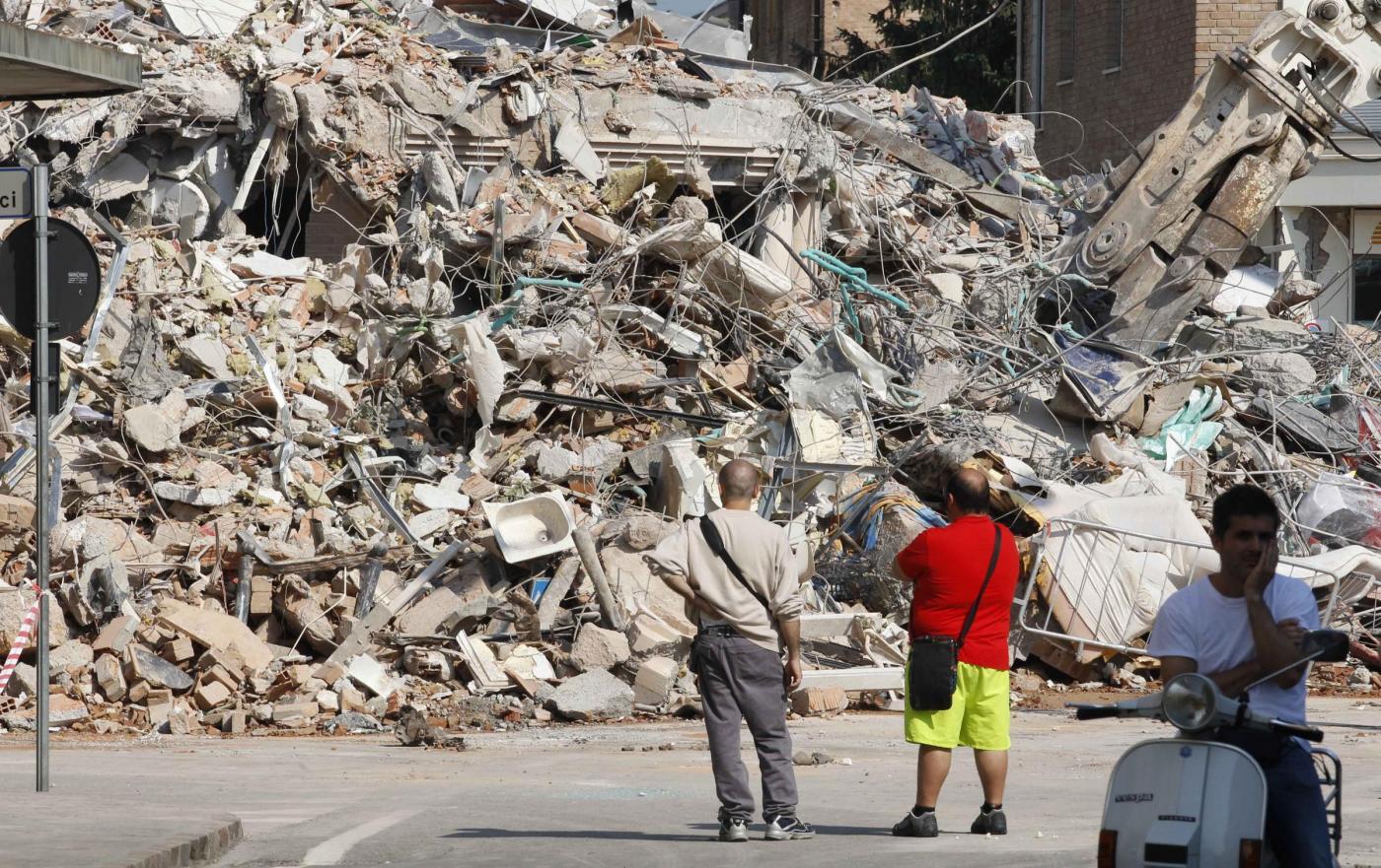 Terremoto infinito, oltre 30 scosse nella notte. Danni per 2 miliardi. Primi fondi dalla benzina