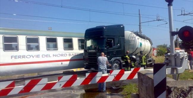 Paura a Brescia, scontro tra camion e treno: 20 feriti. Gravi il capotreno e l'autista del tir