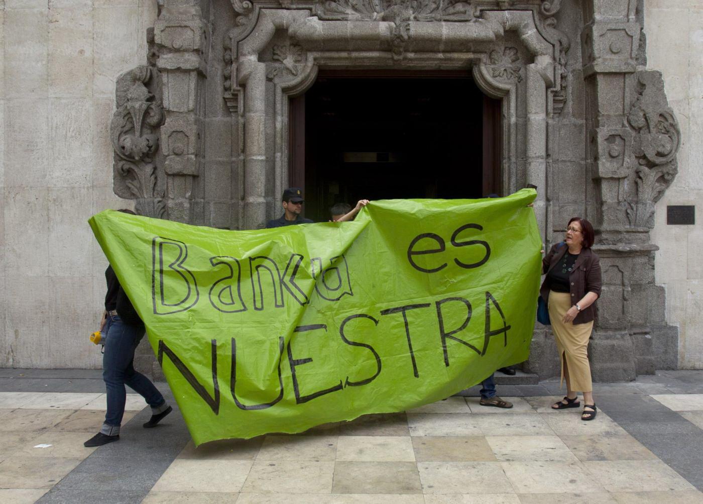La Bce salva la Spagna: senza soldi in cassa per pagare i servizi pubblici. Flop dei Bot