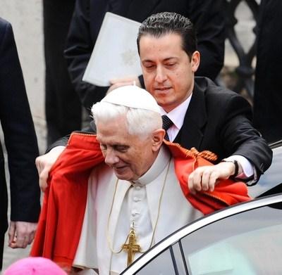 Vaticano, maggiordomo a giudizio. In casa assegno del Papa da 100.000 euro. Il complice