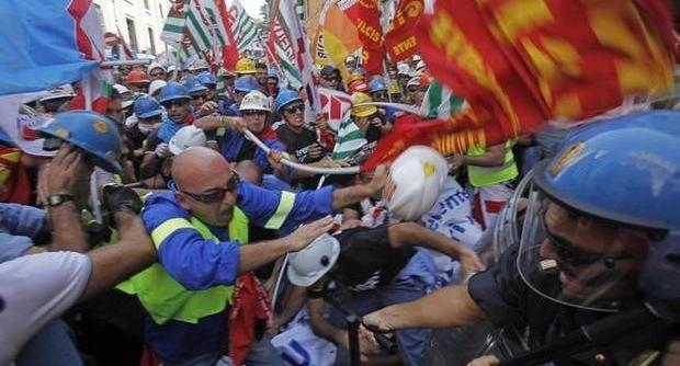 Alcoa, operai a Roma. Scontri in strada. Bombe carta, feriti tra manifestanti e polizia