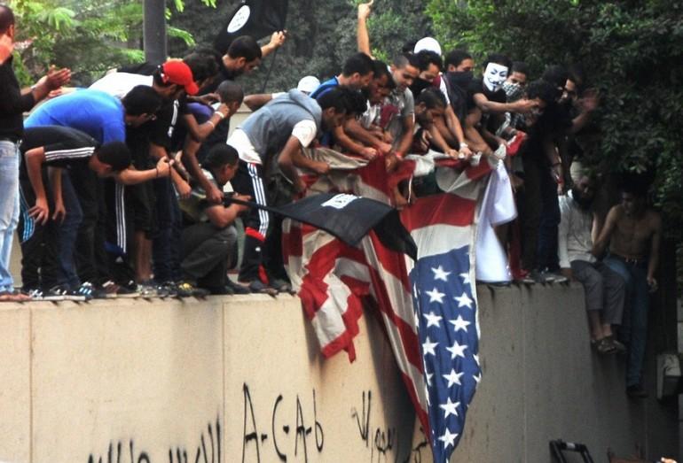 Si estende la rabbia islamica: da Bengasi a Teheran. Allarme bomba in due atenei Usa