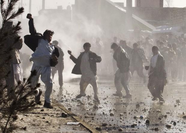Film su Maometto, kamikaze all'aeroporto di Kabul: 12 morti. Fatwa contro regista e attori