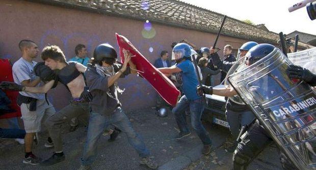 Scuola e crisi, gli studenti tornano in piazza. Scontri con la polizia. 15 fermati a Torino