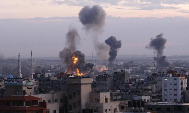 Gaza, nuovi raid. L'esercito israeliano chiama i riservisti. Bomba a Tel Aviv dopo 21 anni