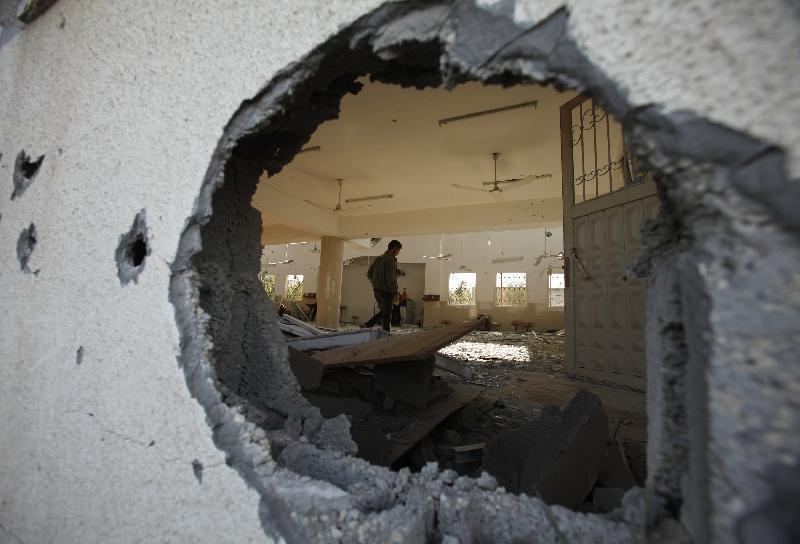 Gaza, un'altra notte di raid. Morti tre bambini, feriti sei giornalisti. Esplosioni a Tel Aviv
