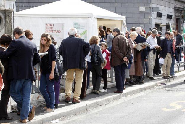 Pd, è ballottaggio: Bersani al 44,3% Renzi al 36,3% Vendola al 16%. Oltre 4 milioni i votanti