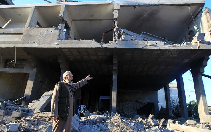 Raid su Gaza, 9 morti nella notte. Distrutta base Hamas. Israele prepara l'esercito di terra