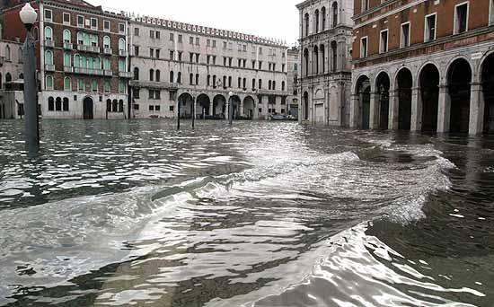 L'Italia sotto la morsa del maltempo. Una vittima a Gaeta. Venezia, record acqua alta
