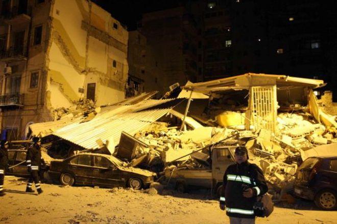 Palermo: crolla palazzina nella notte durante lo sgombero. Tre vittime. Si cercano i dispersi