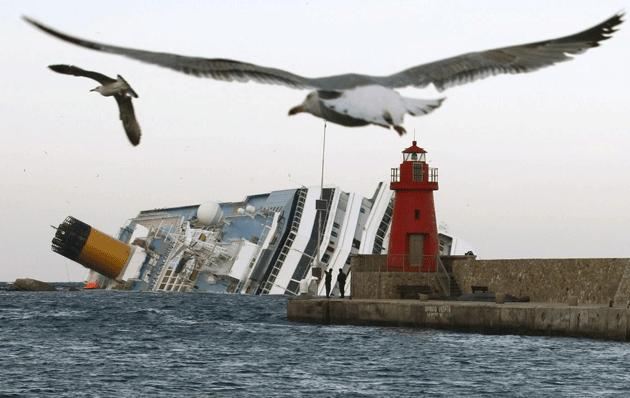 Costa Concordia, un tragico anniversario. Si ricordano le 32 vittime, due mai emerse