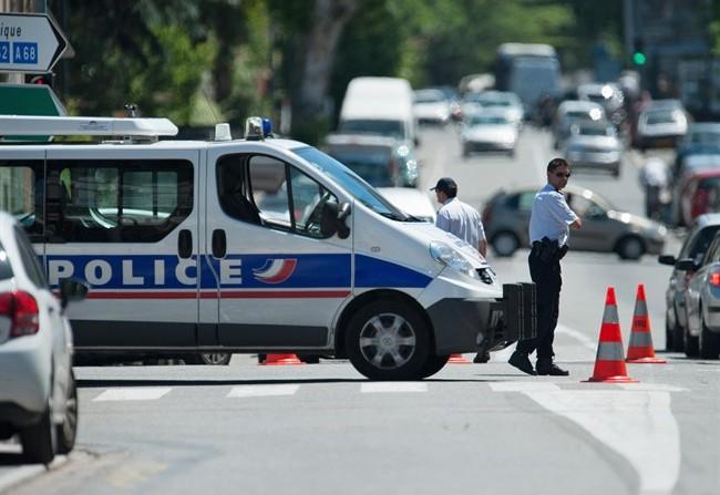 Parigi sotto shock: madre sgozza i tre figli e poi scappa. Il più grande muore in ospedale
