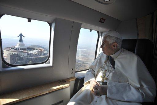 Benedetto XVI lascia il Vaticano in elicottero: Ora sono semplicemente un pellegrino