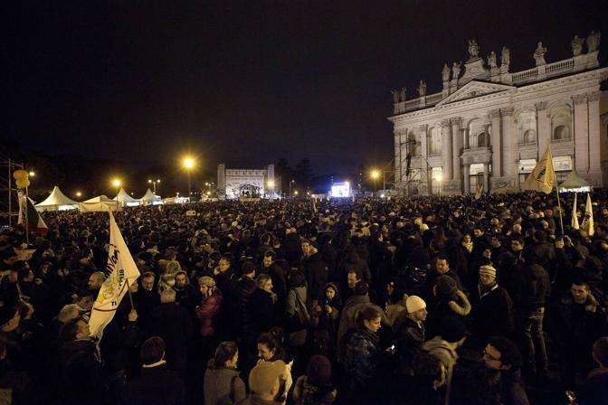 Grillo a Roma, l'ex comico con Casaleggio sul palco si commuove: Siamo 800 mila