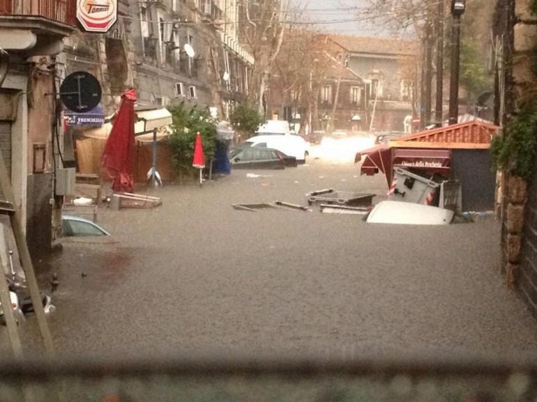 """Violento nubifragio su Catania: fuga sui tetti. La rabbia popolare: """"Nessuno ci ha avvisato"""""""