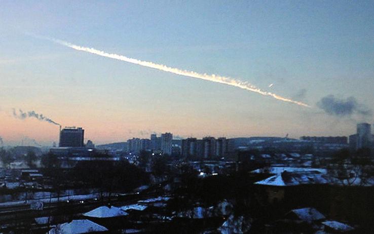 Un asteroide sfiora la Terra ma senza danni. Pioggia di meteoriti in Russia, 1200 feriti