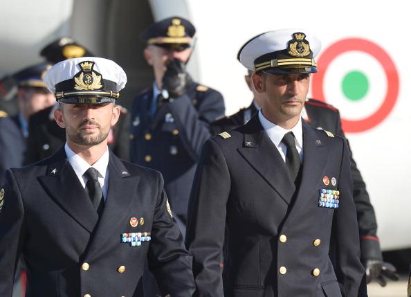 Italia, indietro tutta: i due marò tornano domani in India. Accordo con Nuova Delhi