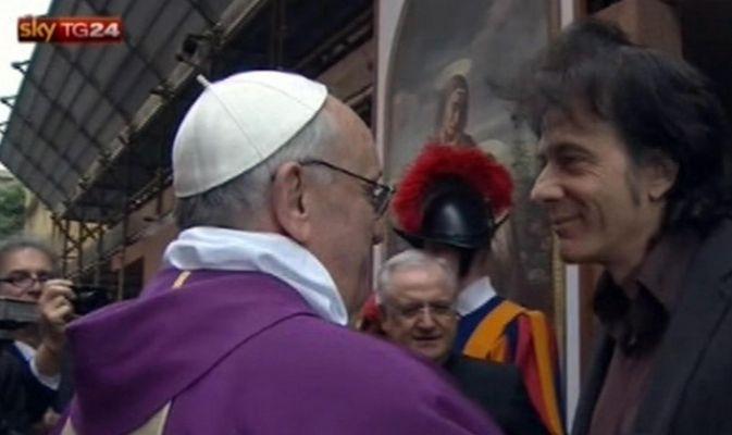 """Il Papa va in strada e saluta i fedeli: """"Non sono qui per i giusti ma per i peccatori"""""""