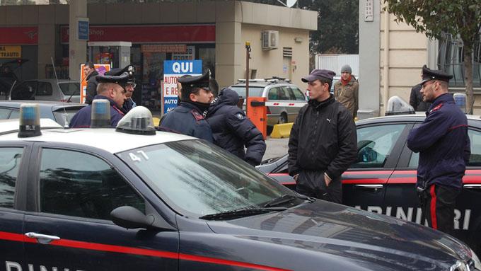 Torino, stressato per la perdita di lavoro: spara e uccide la moglie e la suocera e ferisce la figlia. Poi si spara: ricoverato in gravi condizioni