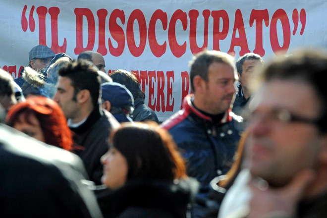 Lavoro, giugno in rosso. Salgono i disoccupati tra i giovani (44,2%). Poletti ottimista sindacati critici: migliora la qualità ma non la quantità del lavoro