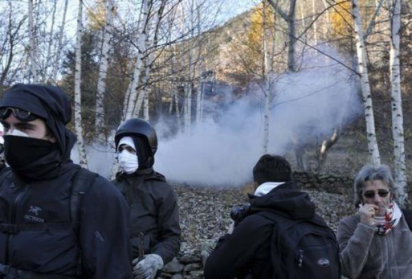 Tav, attacco al cantiere di Chiomonte con razzi e bengala. Duri scontri con la polizia