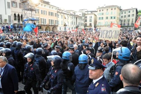 """Ministri Pdl in piazza, è polemica. Berlusconi: """"Io come Tortora"""". La figlia si indigna"""