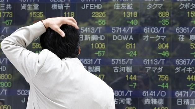 Paura mercati, crolla Tokyo (-6,35%). Torna l'effetto spread. Cadono banche e Mediaset