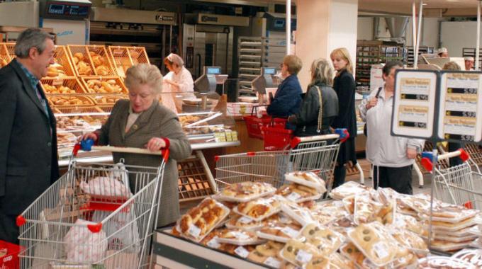 L'Istat aggiorna il 'paniere' della spesa degli italiani: dentro il cibo senza glutine, il car e bike sharing, fuori il navigatore satellitare e i corsi di informatica