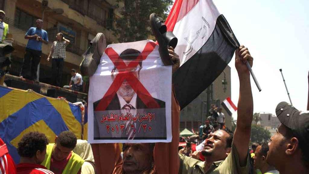 Egitto sull'orlo della crisi, la piazza sfida Morsi. Mezzi blindati davanti alla Tv di Stato