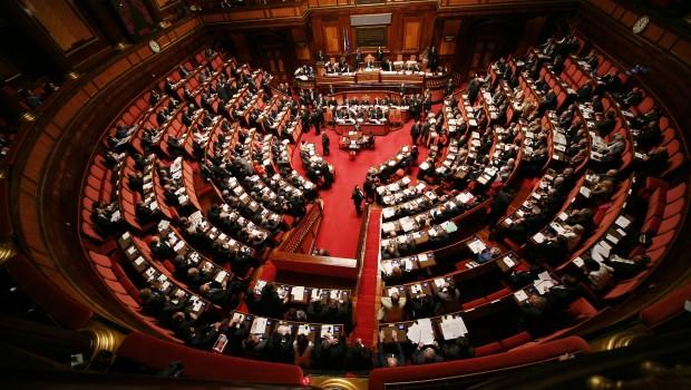 Caso Mediaset, il Pdl blocca il Parlamento. Il Pd si suicida e lo vota, rissa con i 5 Stelle