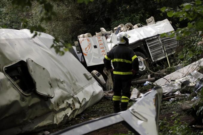 Irpinia, il pullman della tragedia: perdeva pezzi prima di precipitare. 38 morti, 10 feriti