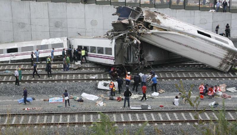 Tragedia in Spagna, treno deraglia a 190 km orari: 80 morti, 145 feriti. Gran parte pellegrini