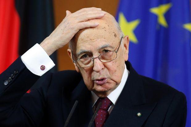 """I M5S sulle barricate presentano la denuncia per l'impeachment di Napolitano: """"Ha attentato alla Costituzione"""". Reazioni dure: """"Iniziativa demenziale"""""""