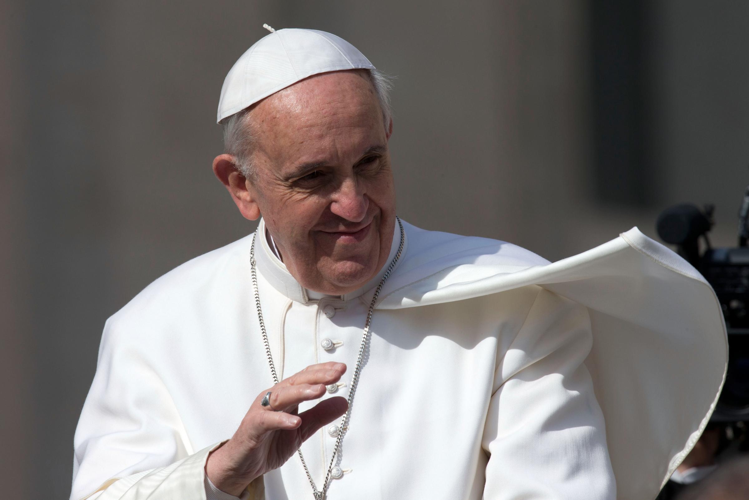 """Papa la sfida di Francesco in Corea: """"Abbattere i muri dell'odio"""" ma dalla Corea del Nord, ostile al pontefice, partono tre razzi a corto raggio"""