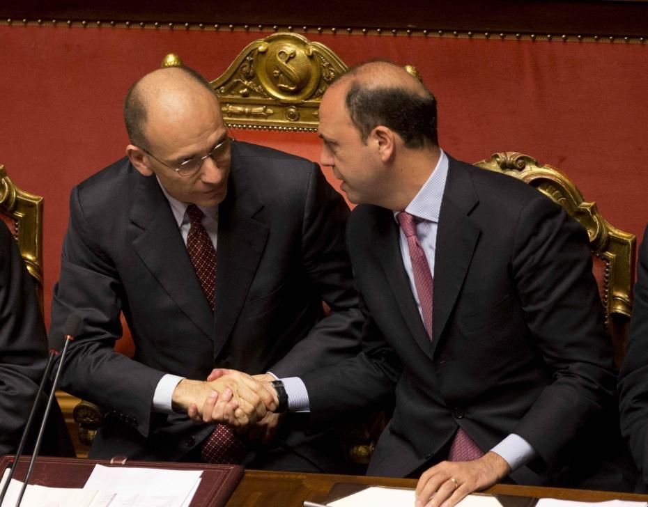 """Ultimamtum di Alfano ai """"falchi"""" Pdl: """"Va votata la fiducia a Letta"""" La Borsa s'infiamma"""