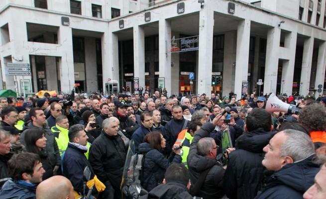 """Genova, accordo tra i lavoratori dell'ATM e il Comune. Lettera con proiettile al presidente della società: """"Tagliamo te e i super manager"""""""