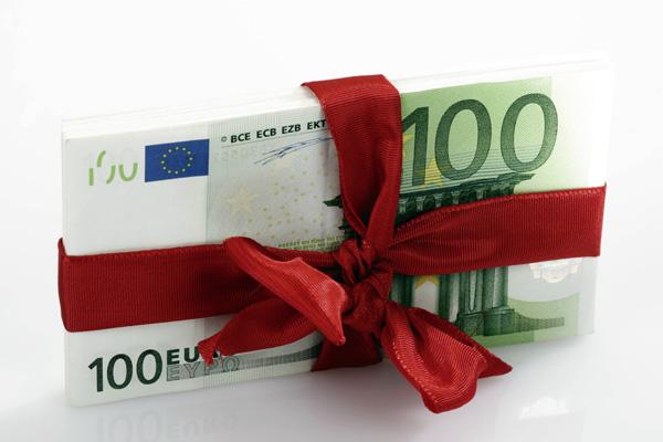 Natale ai tempi della crisi, le tredicesime vanno al fisco. Solo il 5% per regali, dal cenone al cenino
